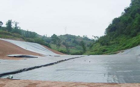 Φ80软式透水管配合复合土工膜库底到位施工