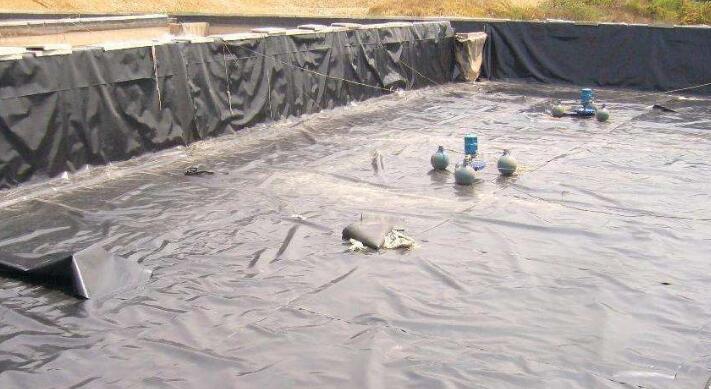 土产厂家认为土工膜使用在干旱的地区效