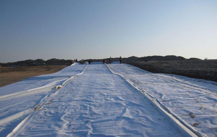 土工膜实际上是一种柔软而薄的防渗工程材料