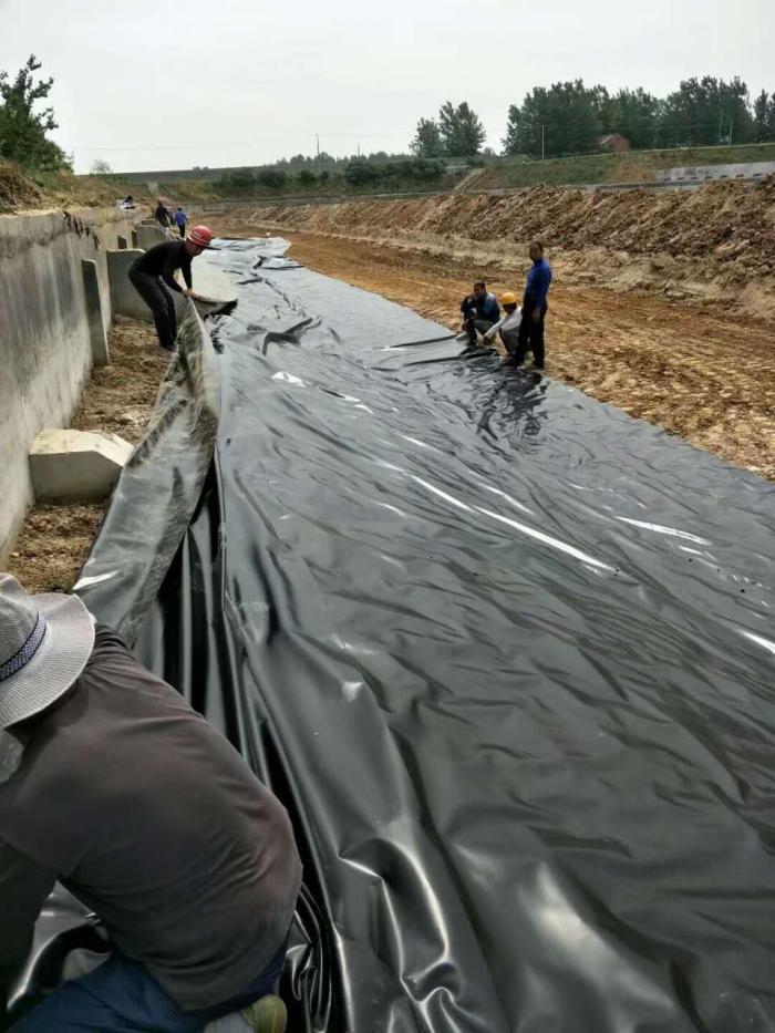 垃圾填埋场侧坡上的HDPE土工膜的定位、固定
