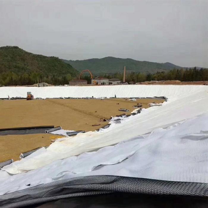 复合土工膜的预制操作时调蓄水池周边连接位置