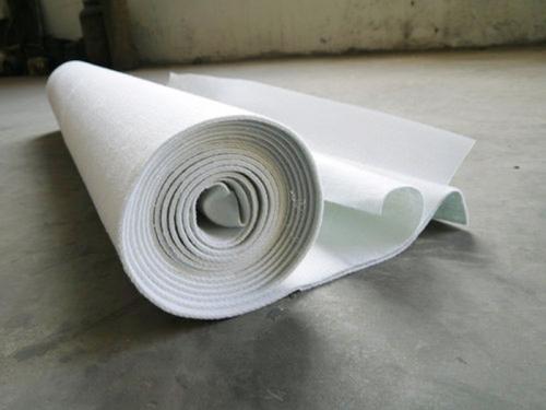 与传统的混凝土和沥青混凝土面板相比土工膜成